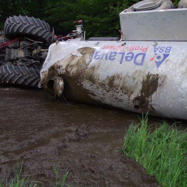 Landwirtschaftliches Fahrzeug mit Güllefass umgestürzt
